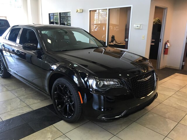 New 2019 Chrysler 300 Touring w/ Apple Car Play